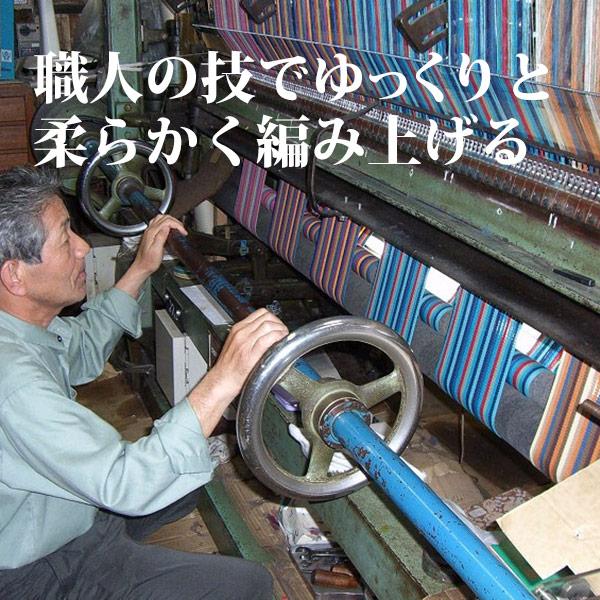職人の技でゆっくりと柔らかく編み上げる